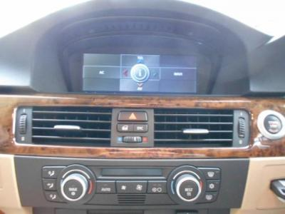 2画面対応純正モニターはオンボードコンピューターの情報を片方の画面にモニターでき、iDriveはジョグダイヤルの操作感で純正HDDナビやオーディオ操作が行なえます。