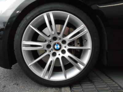 純正MスポーツPKGオプションの18インチアルミホイール・193Mを装着!!Mスポーツならではのスポーティな足廻りで引き締まって見えます!!タイヤの残り溝もバッチリ残ってますよ!!
