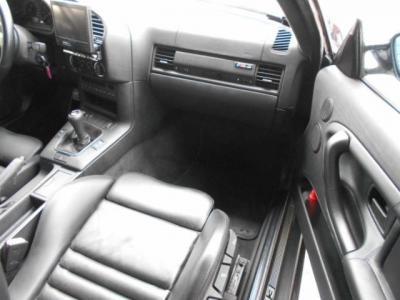 助手席にも当然の如くM3専用シートがしっかりとナビゲーターの身体をサポート。助手席にもエアバックを装備。更に前席にはシートヒーターを装備しているので、冬場でもエアコンレスで走りを満喫できますよ!!