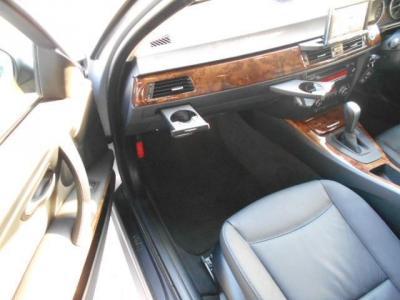 更に足元ゆったりの助手席にもパワーシート機能が装備され、無段階でリクライニング調整が行なえます。ダッシュボードにはプッシュ式で格納されるドリンクフォルダーも装備されていますよ。