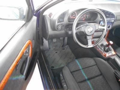 運転席のアルピナ純正スポーツシートはアルピナステッチが施されたレカロ社製!!疲れにくくホールド性の高いこのシートはポジション調整機能が沢山!!シート地の擦れや破れもありません!!