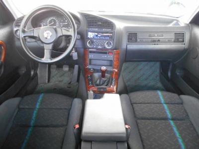 左ハンドルで黒を基調とした内装とグレーの天井。ドライバーを包み込むよう傾けて配置されたセンターコンソールは運転中の機器操作も考えられてのもので、綺麗な内装は愛情持って大事に乗られてきた証です!!