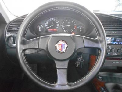 アルピナエンブレム付きの本革スポーツステアリングは、ドライバーに路面からのインプットを敏感に伝え、アクセルに連動したエンジンレスポンスがこの車を操るという高揚感を更に高めてくれます!!