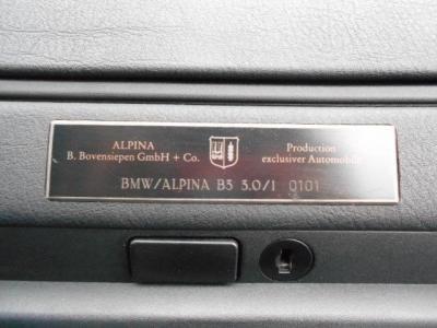 助手席前のダッシュボードには、年間生産台数500台程度というアルピナ社の生産番号が刻まれたプロダクションナンバー0101のプレートが目を引きます。