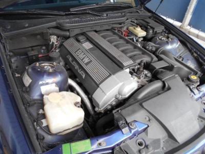 アルピナ社によってチューニングされた直列6気筒DOHC24バルブエンジンは、256ps/32.6kg・mを発揮!