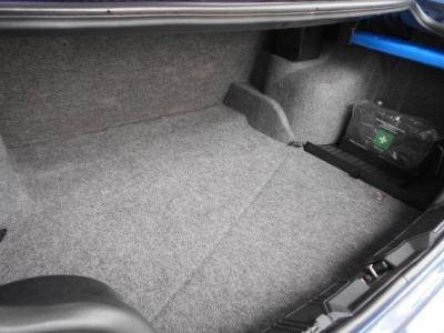 今時の車と比較すれば少々小さい印象ではありますが、5ナンバー枠のボディサイズでは必要十分なスペースを隠したトランクルーム。