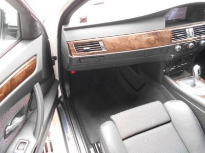 広々とした助手席にも運転席と同様のシートが装備され、運転席以上に快適にくつろいでドライブを楽しめます。