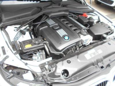 525iに搭載される直列6気筒DOHCエンジンは、最大出力218ps/6500rpm、最大トルク25.5kg・m/2750〜4250rpmを発揮。ストレートシックスのスムーズな加速を楽しむことができます。