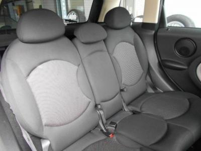 MINIでは初の5人乗りが採用されたモデルであり、従来のMINIよりも広々とした車内空間で後部座席も全く窮屈感を感じさせません!!