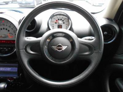 運転席にはデザイン性豊かな本革の2本スポークのステアリングがあり、使ってみるとグリップ感やスポークの角度、ホーンの位置など操作性も考慮されたものだと気づきます。