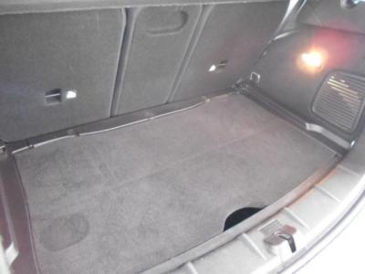 4ドアハッチバックは間口が広いので、荷物の出し入れが楽ですよ!!トランクは350Lと大きくフルサイズのキャリーケースが余裕で3つ搭載可能です!