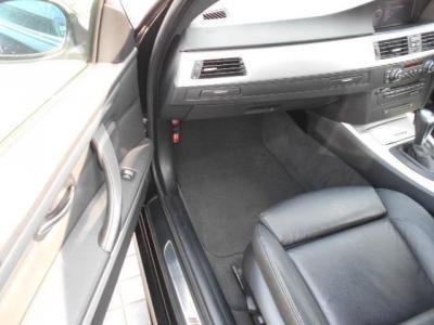 足元広々の助手席は電動リクライニングのパワーシート!!後席の乗り降り時に降りた状態で座席をスライドさせるスイッチが肩口に設けられています!!ダッシュパネルには、プッシュ式のドリンクホルダーを装備。