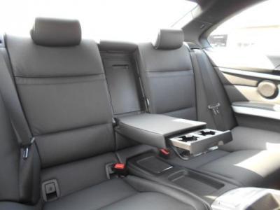 後席は二人掛けに割り切ることでクーペと思えない居住空間が確保され、後席用エアコン吹き出し口もあり快適です!!ひじ掛けを倒せば後席用ドリンクホルダーが顔を出し、更に快適空間に変身します