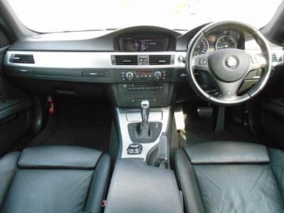 黒を基調とした内装にアルミパネルのアクセント。 本来はMスポーツPKGのシートはアルカンターラ生地ですが、この車両はオプションの黒革シートになっています!!内装はスポーティ印象を与えてくれます!!