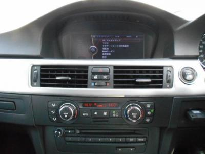 8.8インチワイドモニターはナビゲーションも見やすくなりミュージックサーバー機能も付属。左右独立で温度調節可能なオートエアコンに、DVD再生可能な純正デッキを装備。純正デッキにCDを入れれば簡単操作でミュージ