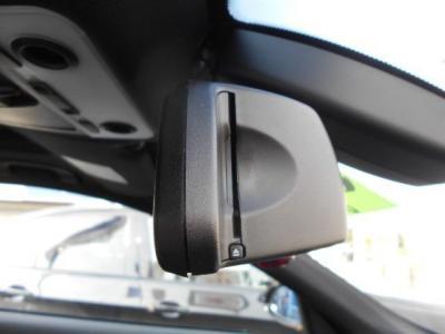 ミラー内蔵型のETCは流石純正と言える統一感です。このE92クーペには、ドアハンドルに指先で触れるだけでドアロックの開閉が行なえるコンフォートアクセス機能やドアハンドル照明も付いています!!