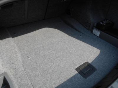 FR駆動のスポーツクーペボディとは思えない程の必要十分なスペースを確保したトランクルームで、背もたれを倒しゴルフバック等も積み込みできます。