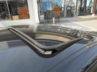 オプションのチルト機能付き電動ガラスサンルーフを装備していますので、日差しと共にオープンエアー満喫してください!!