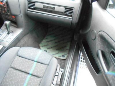 助手席にも運転席と同様のスポーツシートが搭載されており、余裕のある足元を見るとアルピナステッチ入りの純正フロアマットが一際目を引きます!!