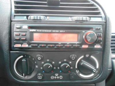 オーディオには雰囲気を損なわないシックな社外製CDプレーヤーを搭載。 左右独立で温度調整が可能なオートエアコンも調子いいですよ!!