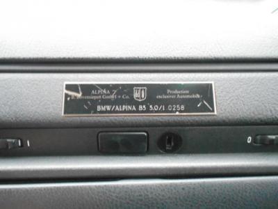 助手席前のダッシュボードには、年間生産台数500台程度というアルピナ社の生産番号が刻まれたプロダクションナンバー0258のプレートが目を引きます。