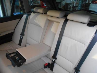 十分な空間が確保された後部座席には後席用エアコン吹き出し口も装備されています。中央ひじ掛けを倒して二人掛けで使うも良し、3人掛けで使うも良しですね!! 後席にはチャイルドロック機能も付いています!!