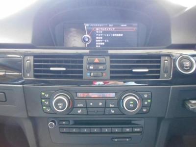 8.8インチワイドモニターはナビゲーションも見やすくなりミュージックサーバー機能も付属。♪左右独立で温度調節可能なオートエアコンに、DVD再生可能な純正デッキを装備。CDを入れればでミュージックサーバーへ保存