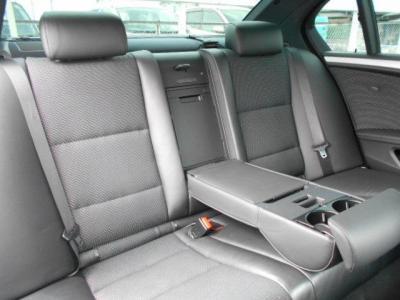 ミドルレンジ高級スポーティーサルーンと呼ぶにふさわしくゆとりのある後部座席の空間!!中央ひじ掛けを戴せば更に快適で気分はまさにVIP。