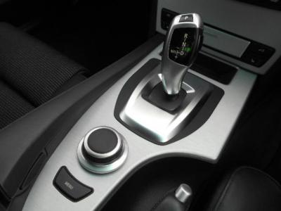 後期型で取り入れられた新しいデザインの電子式ATセレクター・レバーとiDriveを操作するジョグダイアル。