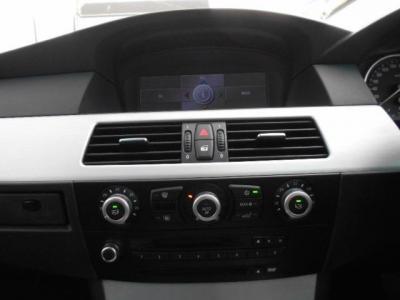 iDriveに純正ワイドモニターのHDDナビ、左右独立で温度調整可能なオートエアコンに自然な音質の純正MD/CDデッキ。