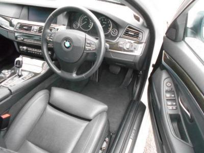 先代E60よりも余裕のある運転席には、上質なナッパレザーのシートが装備され、ロングドライブでも疲れません!!★全国納車承ります。