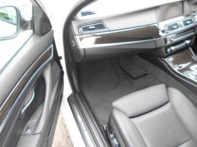 更に余裕のある助手席にも上質なナッパレザーのシートが装着され、前席にはシートヒーターとシートエアコンも装備。