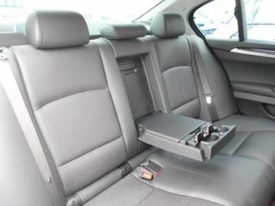 高級セダンに相応しい空間が確保された後席。座り心地はまさにビジネスクラスと言っていいでしょう!!Rrにもシートヒーターが装着されています!!