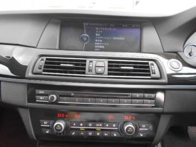 操作し易くなった第2世代型iDrive、見えやすい純正HDDナビにはミュージックサバ—機能も搭載され、地デジも装備。シートヒーターは3段階で温度調整できます。