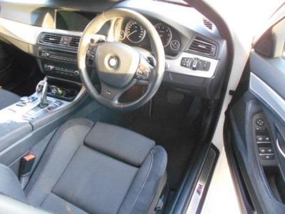先代E60よりも余裕のある運転席には、Mスポーツのアルカンターラ・スポーツシートが装備され、ロングドライブでも疲れません!!