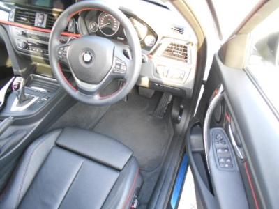 先代よりも広くなった運転席は、運転に集中できるよう7度傾けられ昔から変わらぬBMWの車造りの思想。黒革シートの赤いステッチがお洒落です!!