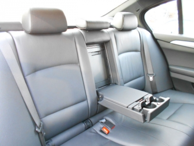 全長・ホイールベースの拡張により更に広くなった後部座席は5シリーズのそれに迫る快適さをもたらしてくれています。後席用エアコン吹き出し口に、ひじ掛けにはドリンクホルダーも装備。