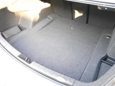 トランクは先代E90型より20L拡張された480Lの大容量。間口も広くより多くの荷物を積み込めます!!