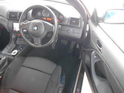 クーペの余裕ある運転席にはホールド性の高いMスポーツ専用シートが装着され、手動調整式のこのシートは座面高さも調整可能ですから女性でも安心ですね!!