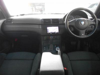 丸みを帯びた黒基調の内装はMスポーツ純正アルカンターラハーフシートとカーボン調パネルでスポーティ&カジュアルな空間を演出。