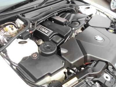 搭載される2.0L直列4気筒DOHC16バルブエンジンは、この車の最大の特徴といってもよい最終型のN46エンジンで150ps/20.4kg/mを発揮します。 下廻りでは気になるオイル/水漏れは有りませんでした。