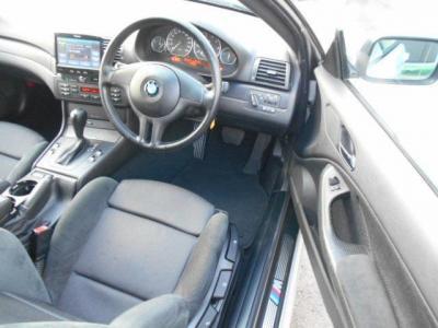 広々とした運転席にはホールド性の高いMスポーツ専用シートが装着され、手動調整式のこのシートは座面高さも調整可能ですから自分のベストドライビングポジションに設定できます!