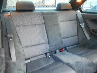 使用感の少ない後席も前席同様にアルカンターラのハーフレザーのシートが備わっています!大人5人乗車の場合は少し窮屈ですが、女性やお子様であれば十分と言えるスペースが確保されています。