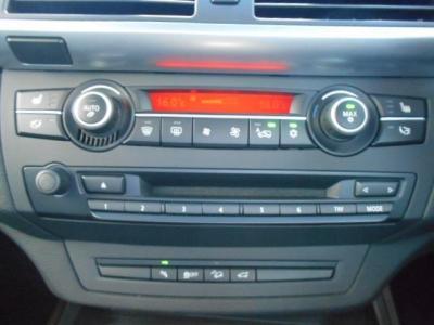 左右独立で温度調節可能なオートエアコンにDVD/CD再生可能な純正デッキ付きです。
