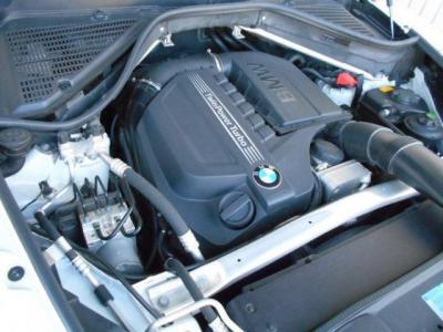 カタログ値306 PS/ 5,800 rpm、400 Nm / 1,200-5,000 rpm BMWの直列6気筒の高性能エンジン。ツインスクロールターボ搭載のN55エンジンはX5という大きなボディの車両でも軽々と加速していってくれます!!