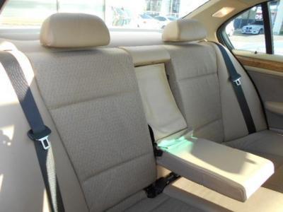 大人でも十分くつろげる空間を確保した後部座席は、間口も広く乗り降りも楽に行えます。 店頭にてその手触りを確かめてみてください。