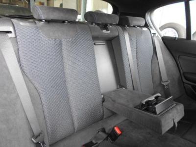 先代よりも間口の広くなった後席にはエアコン吹き出し口も装備されているので暑さ寒さも安心ですね。以前までなかったセンターコンソールも備わっています!
