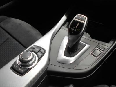 8速ATを搭載するこの車両はCVTの様に滑らかな変速と3リッタークラスとは思えぬ燃費JC08モード燃費でリッター12.6Kmの走行が可能になっています!iDriveは標準装備でショートカットキー付きの第2世代のCICです。