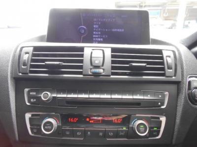 左右独立温度調整可能なオートエアコンは後席も独立で温度調整可能。DVD再生可能純正デッキにUSB I/Fも装備されています。大型ワイドモニターのHDDナビにミュージックサーバーで音楽ライブラリも作れます!