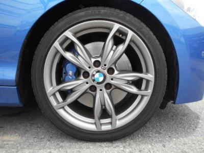 ホイールはM Performance専用ダブルスポークデザインの18インチダークブルーメタリックのMのロゴが入れられたフロント4ポット/リア4ポットのフィックスドキャリパーが、大径化されたローターに組み合わされている。